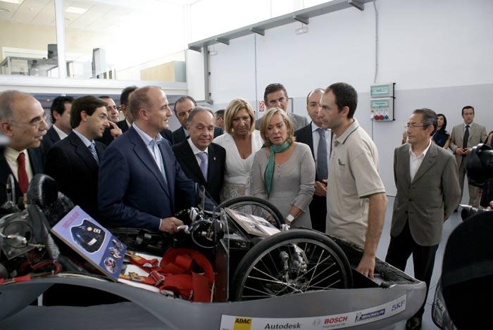 El Sr. Ministro de Industria, la Sra. Consellera y el Presidente de la Federación de Empresarios del Metal de Alicante que reciben la explicación del Responsable Investigador, Sr. Vicente Colomer.