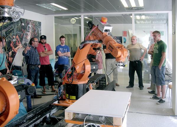 Vicente Franch, responsable del Centro CIM, mostrando el funcionamiento de la célula robotizada del Centro CIM