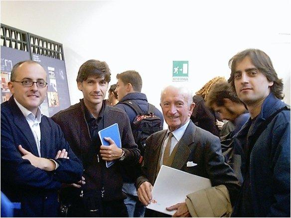 el profesor Conejero (a la derecha), con el famoso modelista Giovanni Sacchi (fallecido en 2005), que desarrolló cerca de 20.000 modelos de aproximadamente 500 diseñadores durante sus 50 años de profesión, con el que coincidieron el profesor Conejero y Martínez en Milán durante la presentación de un proyecto europeo en 2003 en la Triennal donde participaron