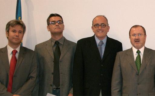 Manuel Martínez y el investigador Javier Colomer junto al Conseller Font de Mora y el DG de Universidades en la entrega del premio